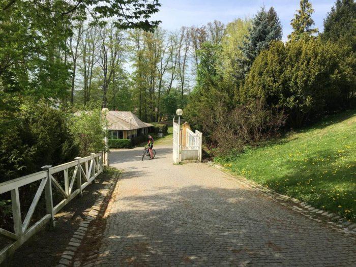 Vstup do zámeckého parku Kozel od rybníka